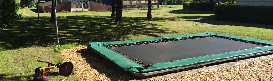 Trampolin i haven på Bakkevej